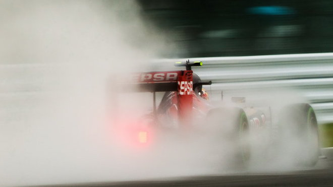 Carlos Sainz během deštivého víkendu 2015
