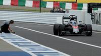 Fernando Alonso vjizdi do pitlane, GP Japonska (Suzuka)