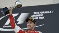 Sebastian Vettel se svou trofeji v Suzuce
