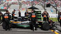 Vůz Force India VJM08 - Mercedes na startovním roštu v Suzuce