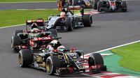 Romain Grosjean a Pastor Maldonado po startu v Suzuce