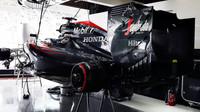 McLaren MP4-30 Honda v boxech v Suzuce