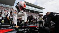 Jenson Button nasedá do kokpitu v Suzuce