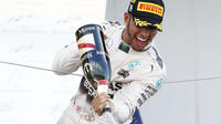 Lewis Hamilton se raduje na pódium v Suzuce