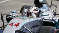 Lewis Hamilton se raduje z vítězství v Suzuce