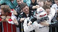 Lewis Hamilton se raduje s mechaniky v Suzuce