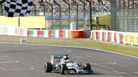 Lewis Hamilton protíná cíl v Suzuce