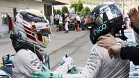 Nico Rosberg gratuluje Lewisi Hamiltonovi k vítězství v Suzuce