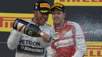 Lewis Hamilton a Sebastian Vettel na pódiu v Suzuce