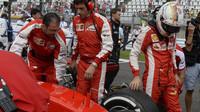 Sebastian Vettel kontroluje pneumatiky před startem v Suzuce