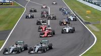 Lewis Hamilton předjíždí Nica Rosberga na startu v Suzuce