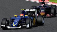 Felipe Nasr před Maxem Verstappenem v Suzuce