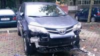 Poničená Toyota RAV 4 pouličními psy