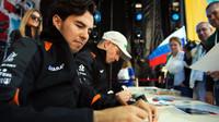 Sergio Pérez a Nico Hülkenberg rozdávají podpisy v Soči