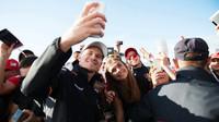Nico Hülkenberg se fotí s fanoušky v Soči