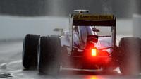 Marcus Ericsson vyjíždí za deště na trať v Soči