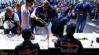 Daniil Kvjat a Daniel Ricciardo na autogramiádě v Soči