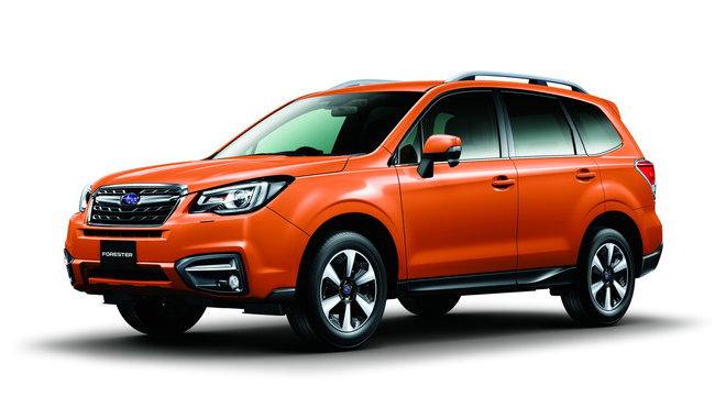 Netypický oranžový lak rozhodně prosvítí nejednu polní cestu, omlazené Subaru Forester.