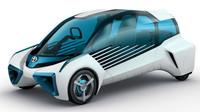 Podivně tvarovaná Toyota FCV Plus má jediný cíl, ukázat aktuální vývojový stupeň palivových článků japonské automobilky. S výrobou přísně aerodynamického modelu s velkým podílem prosklené plochy se v současnosti nepočítá.