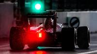 Max Verstappen vyjíždí z pitlane v Soči