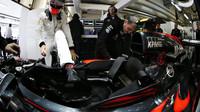 Jenson Button nastupuje do vozu v Soči