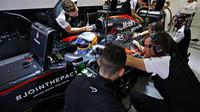 Fernando Alonso čeká na výjezd z boxů v Soči