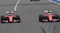 Sebastian Vettel předjíždí Kimiho Räikkönena v Soči