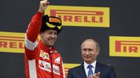 Sebastian Vettel na pódiu s ruským prezidentem Putinem v Soči