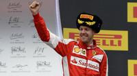 Sebastian Vettel na pódiu v Soči
