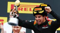 Sergio Pérez se svou trofejí slaví třetí místo v Soči