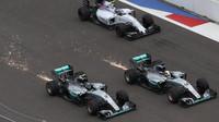 Lewis Hamilton se pokusil předjet Nica Rosberga hned na startu v Soči