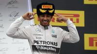 Lewis Hamilton na pódiu v Soči
