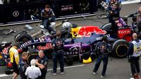 Vůz Daniela Ricciarda čeká na startovním roštu v Soči