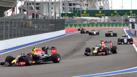 Daniil Kvjat a Daniel Ricciardo po startu v Soči