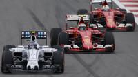 Valtteri Bottas po startu před vozy Ferrari v Soči