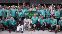 Oslavy titulu konstruktérů u týmu Mercedes v Soči