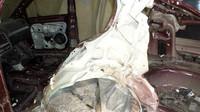 Náraz totálně zdeformoval zadní boční část auta.