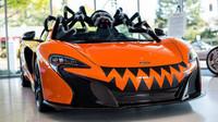 McLaren 650S jako součást halloweenské výzdoby showroomu