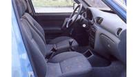 Interiér z Hyundaie Accent, ale také s prvky z Favorita, Tatra Beta.