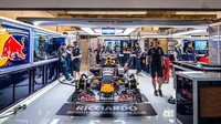 Pohled do garáže Red Bullu v Austinu