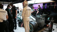 Lewis Hamilton se váží při tréninku v Austinu