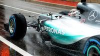 Lewis Hamilton vyjíždí za silného deště na trať v Austinu