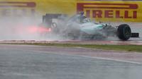 Nico Rosberg bojuje se silným deštěm v Austinu