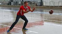 Jordan King vyplňuje čas v dešti hraním amerického fotbalu v Austinu