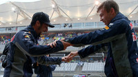 Daniel Ricciardo a Daniil Kvjat při tanci v dešti v Austinu