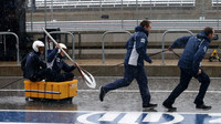 Mechanici týmu Sauber az deště v Austinu