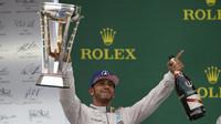 Lewis Hamilton se svou trofejí po vítězství v Austinu