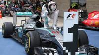 Lewis Hamilton oslavuje mistrovský titul v Austinu