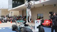 Lewis Hamilton skáče radostí po VC v Austinu