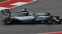 Lewis Hamilton předjíždí Nica Rosberga v Austinu